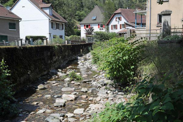 La Thur presque à sec dans le village de Wildenstein (Haut-Rhin), en 2018.