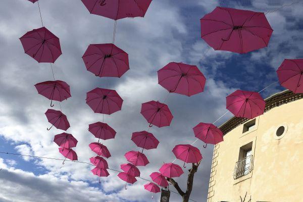 Les parapluies d'Octobre rose à Saint-André-de-Sangonis