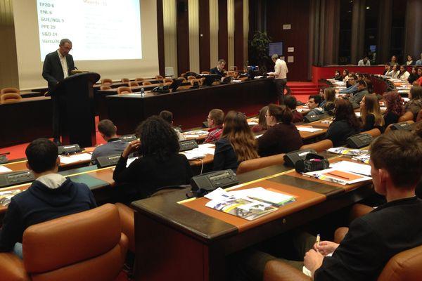 108 lycéens sont présents au Conseil Régional à Dijon pour une session de simulation, avec votes, prises de parole et débats