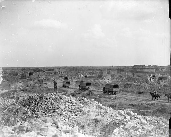 Un convoi britannique à travers les ruines du village d'Ecoust-Saint-Mein le 7 septembre 1918.