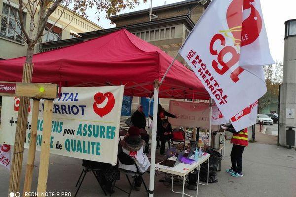 Hôpital Edouard Herriot, Lyon le 14 décembre 2020: un guichet de recrutement installé par la CGT pour recueillir des candidatures sur les postes vacants