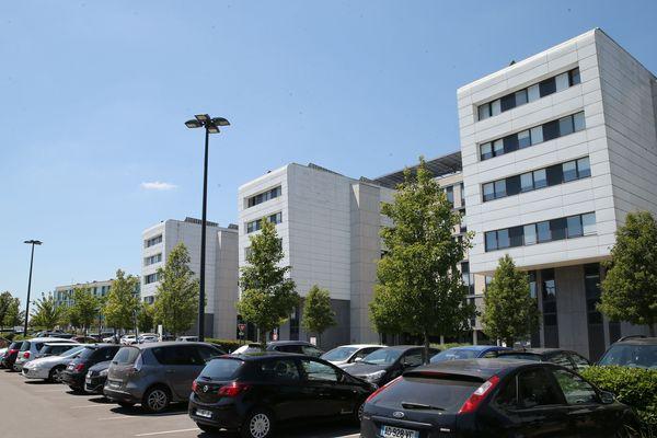 À droite de l'entrée principale, à côté des urgences obstétriques, se trouve le drive Covid19 accessible aux piétons, sur rendez-vous
