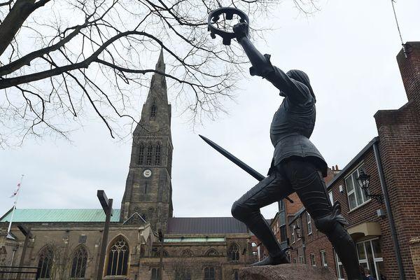 Statue du roi Richard III devant la Cathédrale Saint-Martin de Leicester.