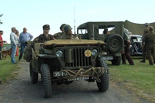 Le camp accueille un grand nombre de véhicules anciens.