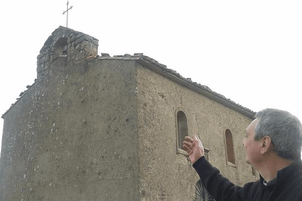 L'abbé Savournin devant sa chapelle