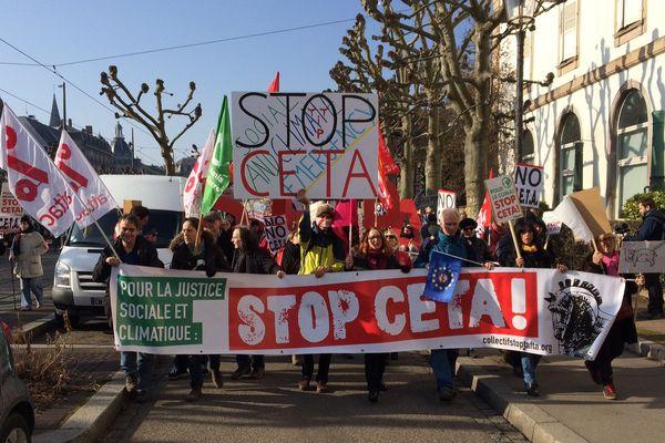 Les opposants au CETA défilent dans le centre ville de Strasbourg