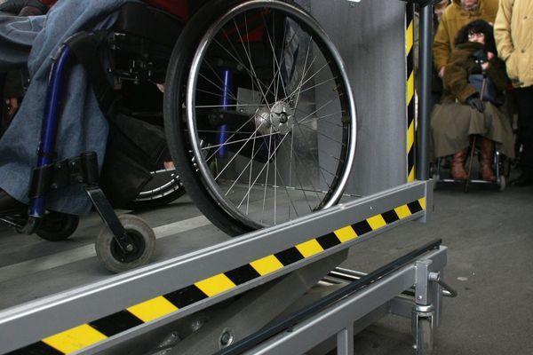 Un  élévateur électrique d'accès au train pour personne en fauteuil roulant