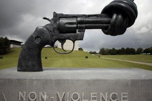 """""""Non-violence"""": cette sculpture de Carl Frederik Reutersward est présentée à l'extérieur du Mémorial de Caen"""
