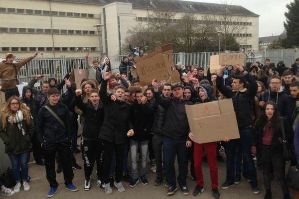 Environ 500 élèves se sont rassemblés devant le lycée Le Castel, à Dijon, mercredi 9 mars 2016, pour protester contre le projet de loi Travail.