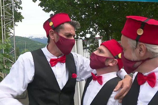 """Les comédiens de la troupe """"Ligue 1 pro 38"""" dans les rues de Grenoble le 23 mai 2021."""