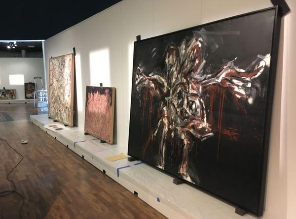 """« La plupart de ces toiles sont abstraites, mais pour certaines, les artistes oscillent entre figuration et abstraction. """", Yan Schubert, co-commissaire de l'exposition"""