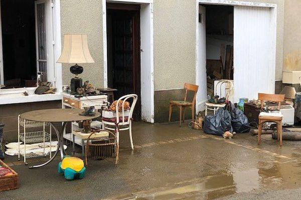 L'eau s'est retirée en 2 heures, mais la boue est restée, rendant les maisons durablement inhabitables.