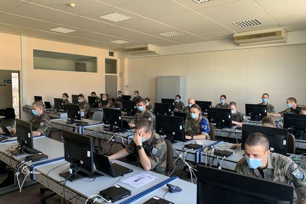 Une salle informatique de l'école de gendarmerie de Chaumont. La nouvelle promotion est spécialement équipée d'ordinateurs portables et de tablettes numériques.