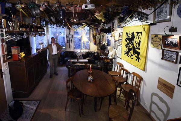 """Aurélien Verhassel, dans son bar """"La Citadelle"""" à Lille"""