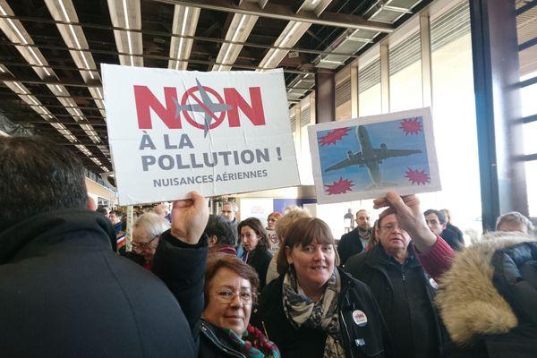 Un comité de riverains, d'associations et d'élus protestent contre les nuisances sonores et la pollution engendrée par l'aéroport d'Orly.