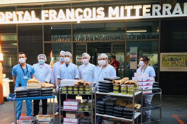 Des chefs japonais installés en Bourgogne ont décidé d'offrir 100 repas au personnel du CHU de Dijon qui est en première ligne face à la maladie.