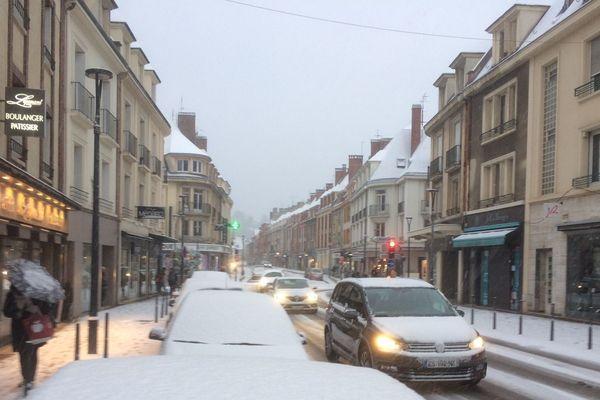 La neige a compliqué la circulation à Evreux ce vendredi 9 février 2018.