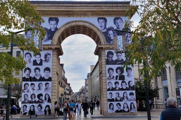 112 élèves et 18 professeurs sont photographiés.