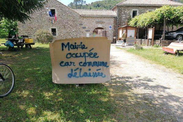 Des habitants de Saint-Étienne-Vallée-Française (Lozère) bloquent depuis mardi 8 juin la mairie de cette commune du cœur des Cévennes.