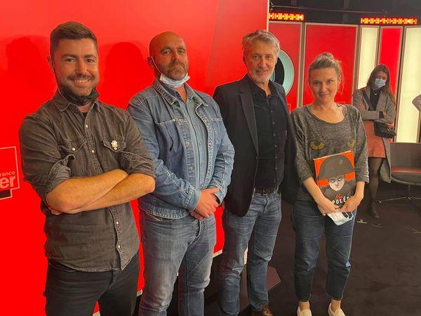 Philippe Perfettini (deuxième à gauche) dans les locaux de RTL, en avril dernier, avec l'équipe de l'émission Toc, Toc, Toc.