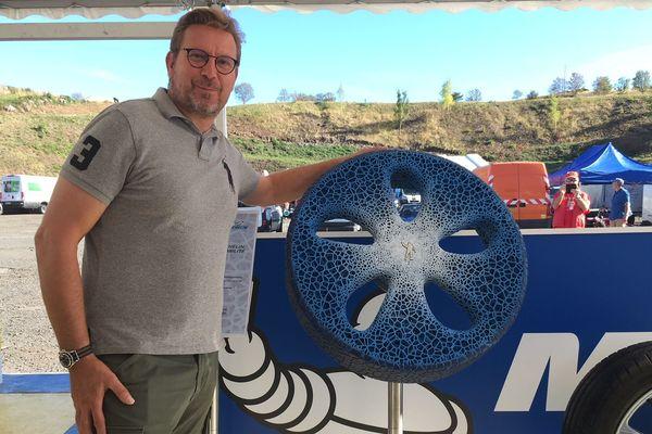 Lors des 60 ans du circuit de Charade, près de Clermont-Ferrand, l'entreprise Michelin a exposé son pneu du futur, fabriqué à partir de matières recyclées et rechargeable grâce à une imprimante 3D.