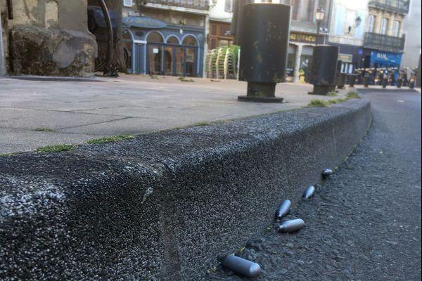 On trouve de plus en plus de recharges de protoxyde d'azote dans les rues : ces cartouches, utilisées dans les siphons pour faire de la crème chantilly, sont détournées comme euphorisants.