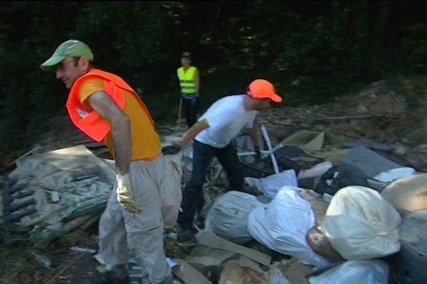 Des bénévoles ramassent des déchets de chantier sauvages à Roquefort-les-Pins.