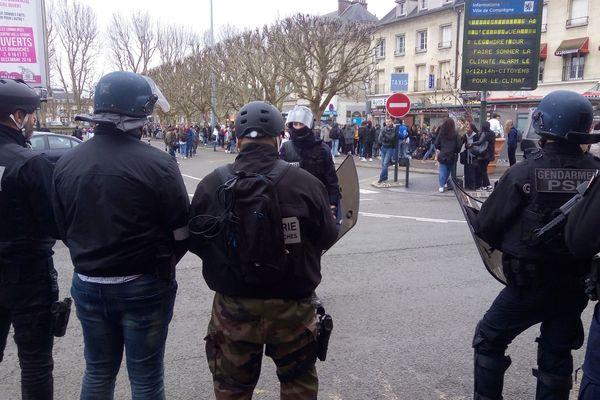 Ce vendredi matin, plusieurs dizaines d'élèves de Compiègne ont manifesté jusqu'à la dispersion du mouvement vers 13h30 devant la gare.
