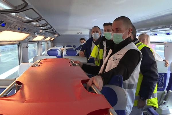 La préparation du TGV médicalisé qui acheminera les patients atteints par le covid 19 de Strasbourg vers les Pays de la Loire,