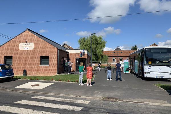 Le Vaccino'car a débuté son périple dans le Pas-de-Calais ce mardi 8 juillet et s'est arrêté dans devant la mairie de Grévillers.