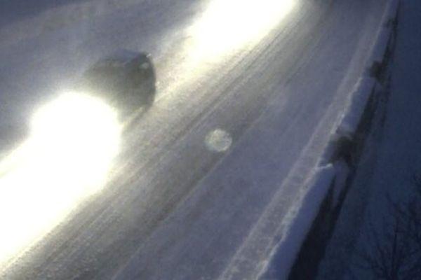 Capture d'écran de la webcam du col de la Schlucht (1130 m) à 17h 25 cet après-midi. Il s'agit de la départementale 417. Le col était fermé ce matin, il est à nouveau ouvert depuis cet après-midi mais la chaussée reste glissante