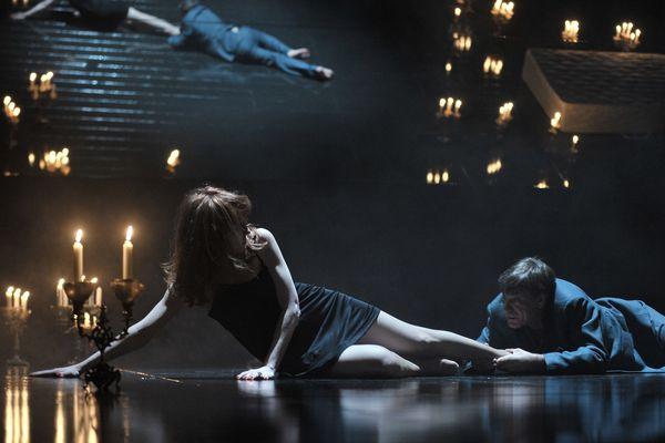 La mise en scène donne une ambiance très mystique à la pièce.