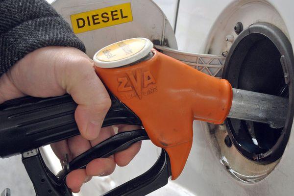 Les prix des carburants ne cessent d'augmenter. Ainsi, lundi 30 avril, selon les derniers chiffres officiels du ministère de la Transition écologique et solidaire, Le litre de gazole valait en moyenne 1,4180 euro, en hausse de 1,21 centime.