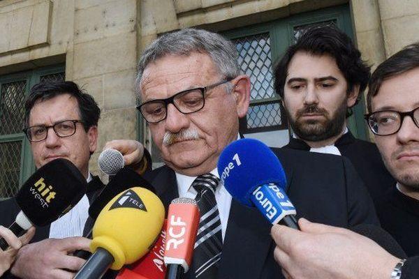 René Marratier, ancien maire de La Faute-sur-Mer, répond aux journalistes le 4 avril 2016, en compagnie de son avocat Antonin Lévy, second à droite