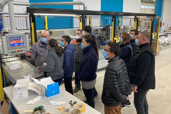 Les salariés encadrés par les techniciens du fabricant de machines