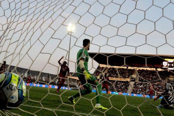 Le gardien bordelais et capitaine Benoît Costil a encaissé trois buts angevins lors de la première rencontre de la saison, très en colère contre la défense de son équipe