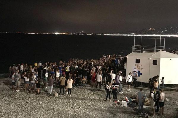 Foule rassemblée sur la plage de Nice, le 11 juillet 2020, après le concert de The Avener.