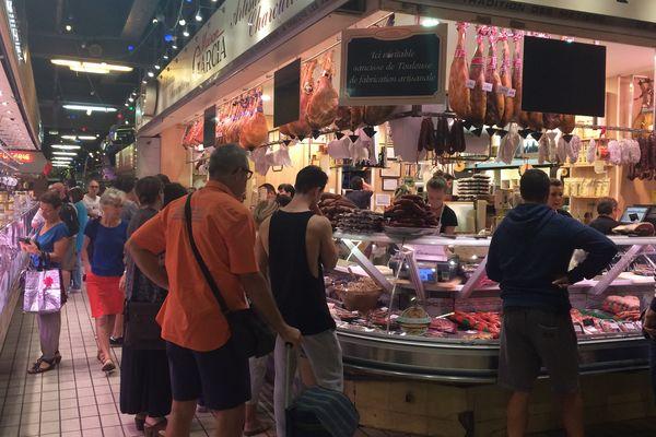Dernières heures d'ouverture du marché Victor Hugo, haut lieu de vie des toulousains, avant la réouverture prévue en septembre.