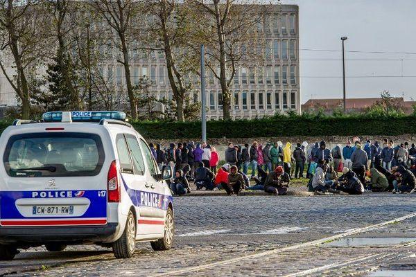 Des migrants à Calais en train de prendre leur repas (décembre 2014).