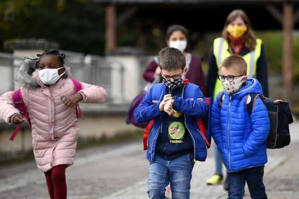 Depuis la rentrée de novembre 2020, le port du masque est obligatoire pour les enfants dès six ans.