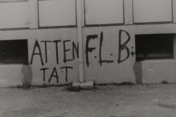 La signature du FLB s'affiche sur les murs. Ce sigle a été remarqué pour la première fois à Pontivy, tracé sur la chaussée, dans la nuit du 25 au 26 septembre 1963.