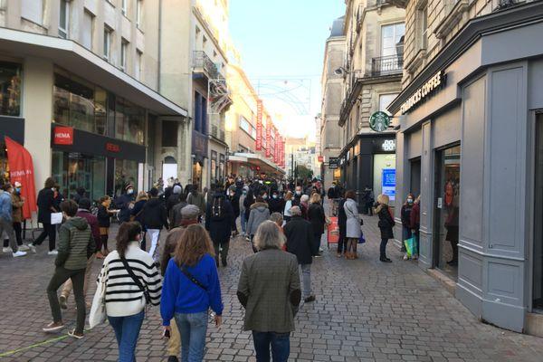 """Beaucoup de monde dans les rues commerçantes de Nantes pour la réouverture des commerces dits """"non-essentiels"""""""