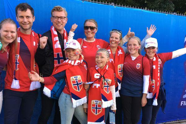 Des supporters norvégiens venus en famille à Reims pour le match Norvège-Nigéria au stade Auguste Delaune de la coupe du monde féminine.