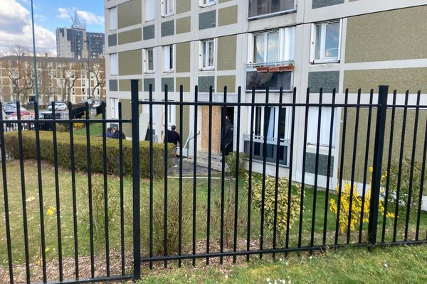 Au lendemain de l'incendie, les travaux de sécurisation ont commencé rue Magellan à Reims.