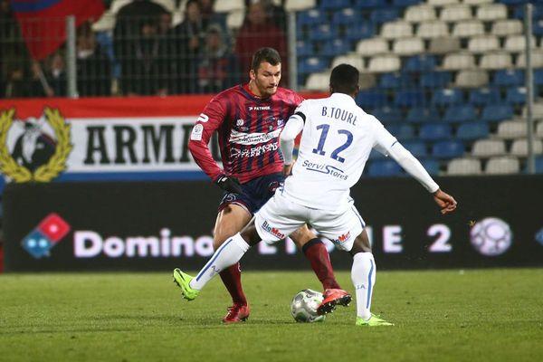 L'Auxerrois Birama Touré face à un joueur de Clermont Foot au stade Gabriel Montpied, à Clermont-Ferrand, vendredi 17 novembre 2017 lors de la 15e journée de Ligue 2.