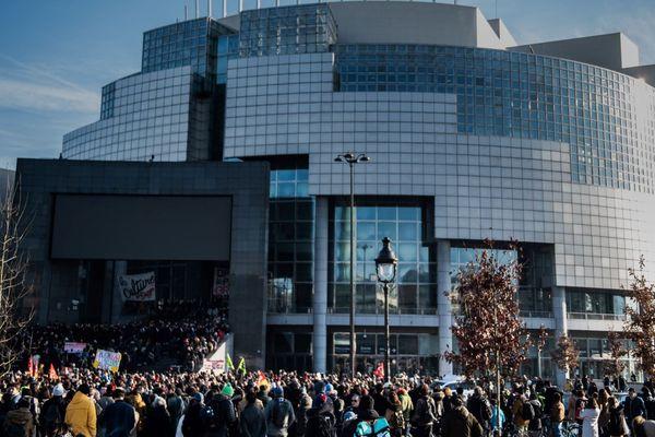 Le mini-concert des musiciens en grève contre la réforme des retraites, sur les marches de l'opéra Bastille.