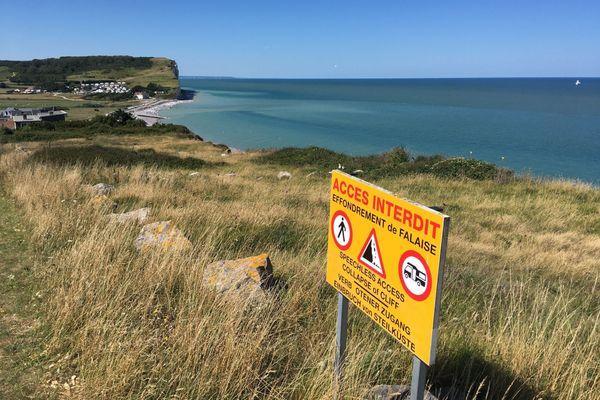 En haut des falaises de Criel-sur-Mer (Seine-Maritime) ou les effondrements sont fréquents