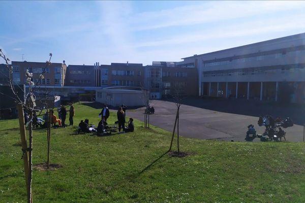 Le lycée polyvalent Gutenberg à Créteil propose à ses élèves de faire cours à l'extérieur lorsque le temps le permet.