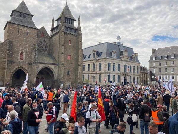 Pour se rendre en cortège jusqu'à la préfecture de  Saint-Brieuc, les pêcheurs ont été rejoints par des collègues d'autres ports bretons et normands et des associations.