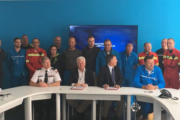 Aux côtés du directeur des chantiers, du président du département, les 17 pompiers volontaires concernés par la convention signée ce 1er octobre